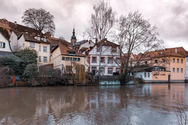 Vista panorâmica da cidade velha sobre o rio regnitz em um dia de inverno em bamberg, baviera, alta franconia, alemanha