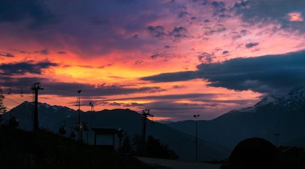 Vista panorâmica da cor do pôr do sol nas montanhas. fundo de viagens com céu e nuvens