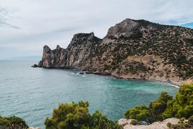 Vista panorâmica da cordilheira na costa do mar durante o dia. karaul-oba, novyi svet, crimeia, rússia