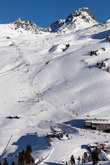 Vista panorâmica da estação de esqui ischgl com esquiadores e snowborders nas pistas.