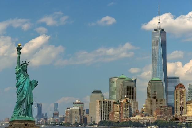 Vista panorâmica da estátua da liberdade com o arranha-céu no centro de manhattan, em manhattan, nova york, eua