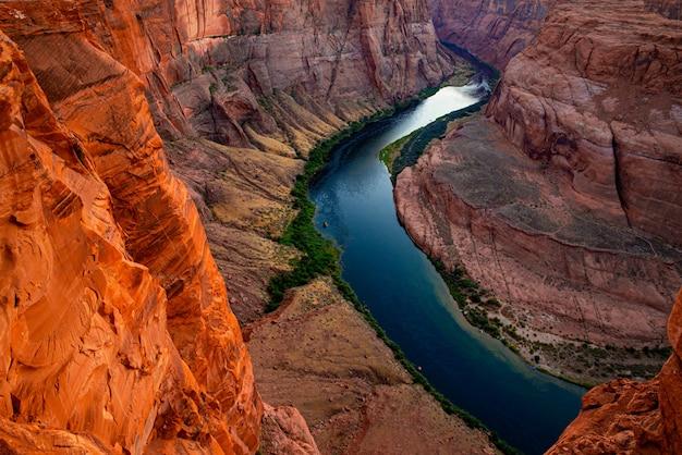 Vista panorâmica da estrada do desfiladeiro de rocha vermelha. curva da ferradura do arizona no grand canyon.