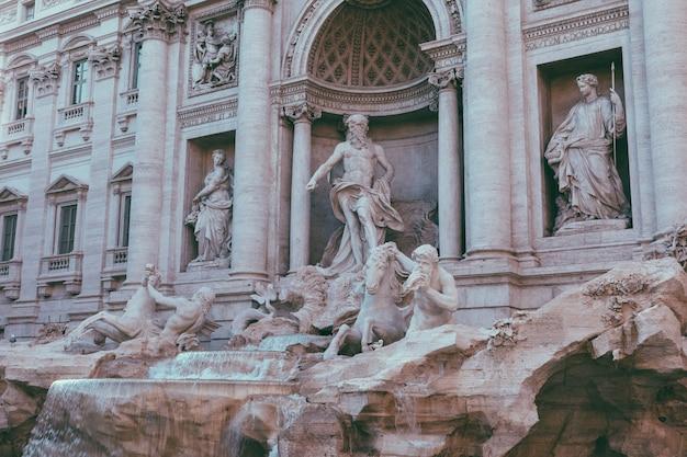 Vista panorâmica da fontana di trevi no distrito de trevi, em roma, itália. projetado pelo arquiteto italiano nicola salvi e concluído por giuseppe pannini