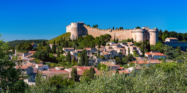 Vista panorâmica da fortaleza medieval do século 14, fort saint-andre, no mont andaon, sobre a cidade de villeneuve, ao sul da frança