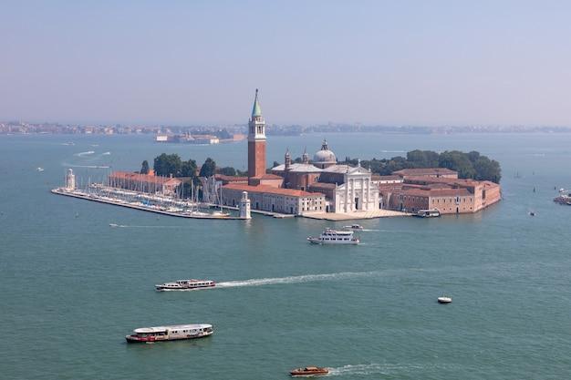 Vista panorâmica da ilha de san giorgio maggiore do campanário de são marcos. paisagem de dia de verão e céu azul ensolarado