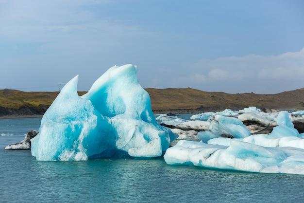 Vista panorâmica da lagoa glaciar, jokulsarlon, no sul da islândia, conceito de destinos de viagem
