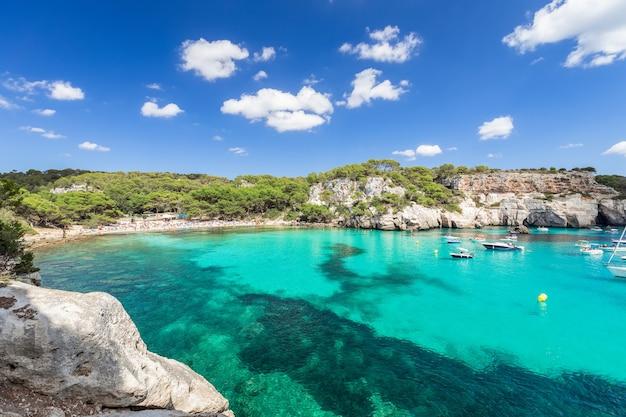 Vista panorâmica da mais bela praia cala macarella da ilha de menorca, ilhas baleares, espanha