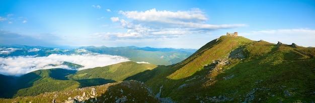 Vista panorâmica da manhã de verão no topo da montanha pip ivan com ruínas do observatório (chornogora ridge, cárpatos, ucrânia). três tiros costuram a imagem.