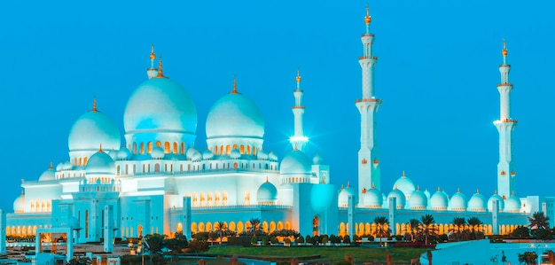 Vista panorâmica da mesquita sheikh zayed de abu dhabi à noite, emirados árabes unidos