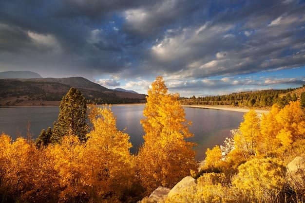 Vista panorâmica da montanha de sierra nevada. paisagem de folhagem de outono. califórnia, eua.