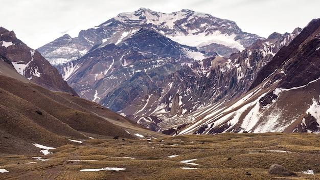 Vista panorâmica da montanha do aconcágua no inverno