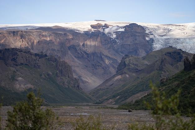 Vista panorâmica da montanha entre montanhas nevadas do rio próximo em thorsmork, islândia.