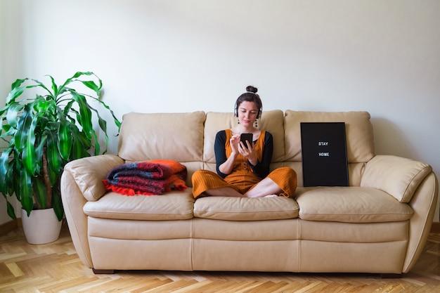 Vista panorâmica da mulher doente, chamando um amigo em casa. doença pandêmica por coronavírus 19. fique em casa conceito de saúde.