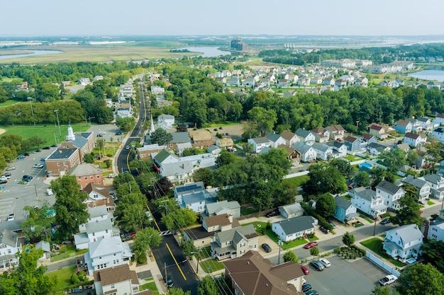 Vista panorâmica da paisagem de uma pequena cidade casas subúrbios casas no telhado em sayreville nj us