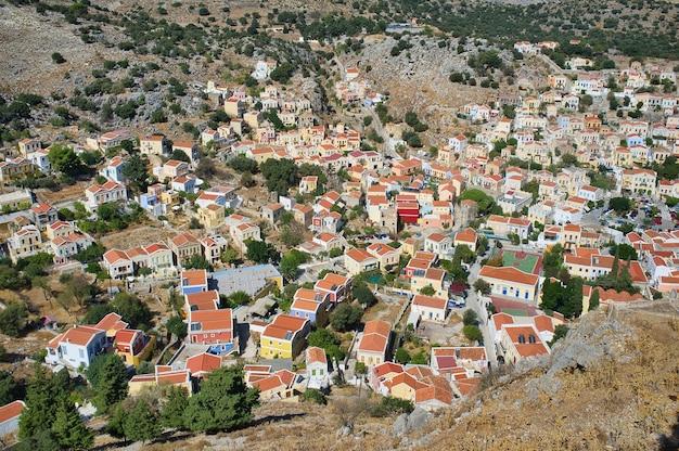 Vista panorâmica da paisagem urbana da ilha grega de symi