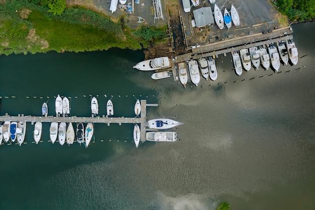 Vista panorâmica da pequena doca portuária para barcos na marina oceânica vista aérea