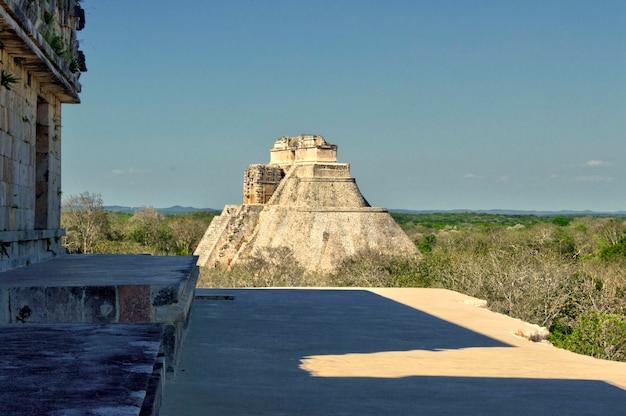 Vista panorâmica da pirâmide maia na sua totalidade, na área arqueológica de uxmal, na península de yucatán. pirâmide da casa do adivino