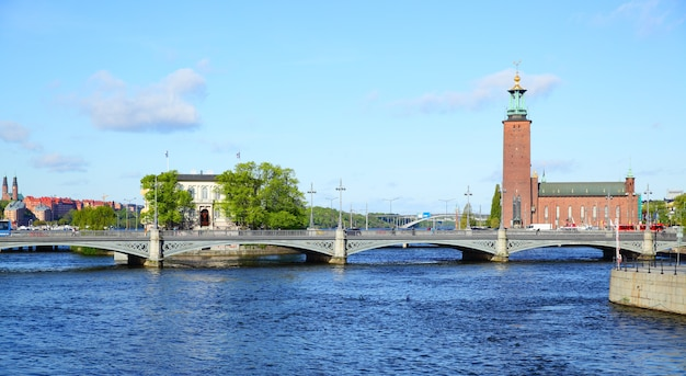 Vista panorâmica da ponte e da prefeitura em estocolmo, suécia
