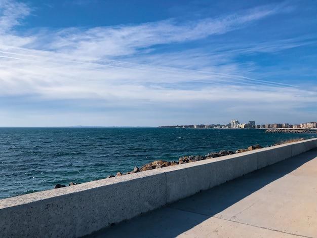 Vista panorâmica da praia contra o céu azul