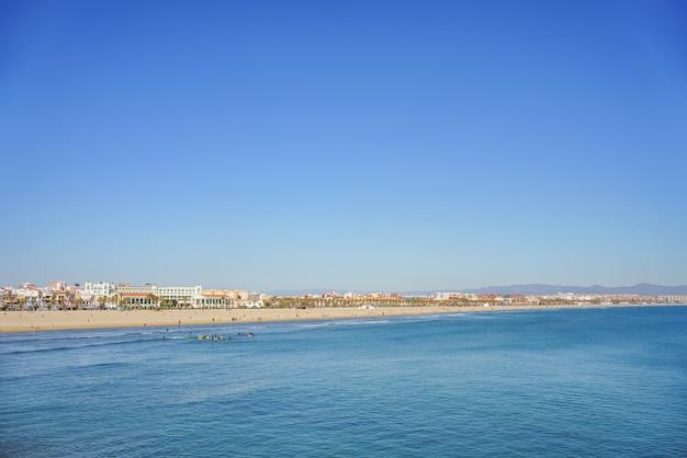 Vista panorâmica da praia malvarrosa em valência, espanha, com espaço de grande cópia.