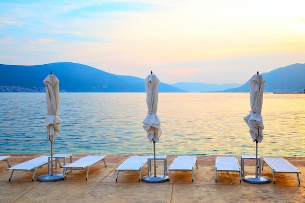 Vista panorâmica da praia na baía de kotor ao pôr do sol, montenegro