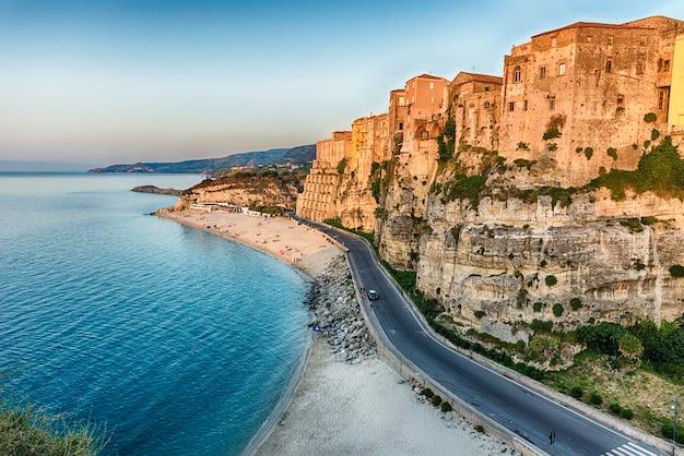 Vista panorâmica da praia principal de tropea, um resort à beira-mar localizado no golfo de santa eufêmia, parte do mar tirreno, calábria, itália
