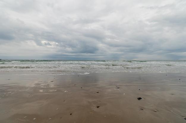 Vista panorâmica da praia sob o céu tempestuoso