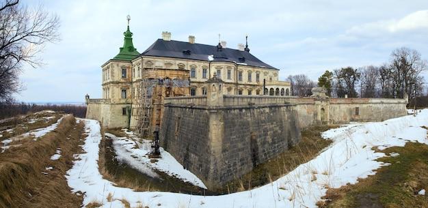 Vista panorâmica da primavera do antigo castelo pidhirtsi (ucrânia, região de lvivska, construído em 1635-1640 por ordem do polonês hetman stanislaw koniecpolski). dois tiros costuram a imagem.