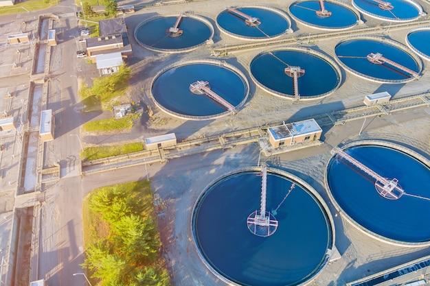 Vista panorâmica da purificação de água da estação de tratamento de águas residuais urbanas modernas é o processo de remoção de produtos químicos indesejáveis