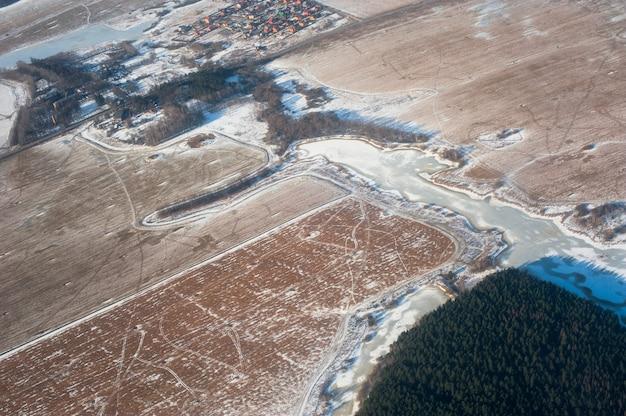 Vista panorâmica da terra de um avião.