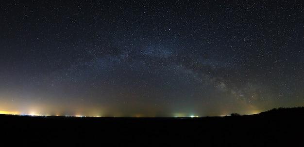 Vista panorâmica da via láctea no céu noturno com estrelas brilhantes