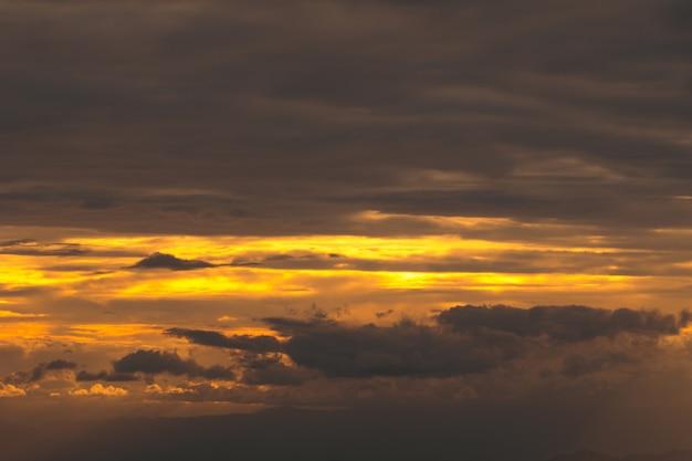 Vista panorâmica das montanhas de silhueta contra o céu durante o pôr do sol e feixe