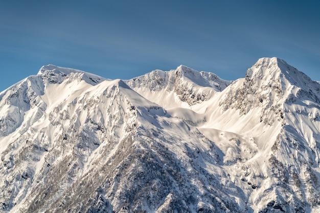 Vista panorâmica das montanhas do cáucaso da estância de esqui krasnaya polyana, sochi, rússia.