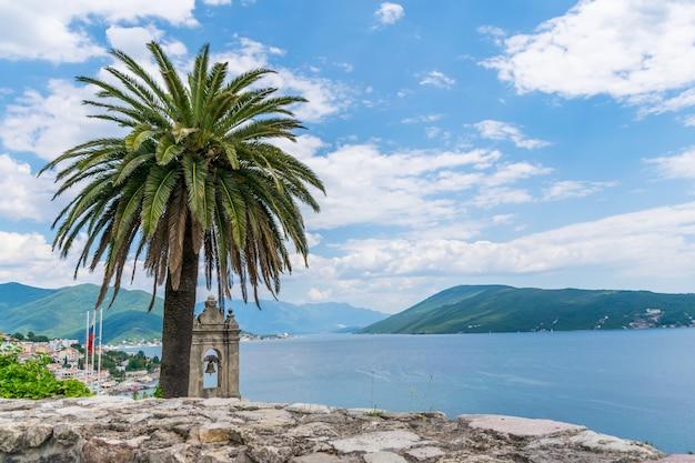 Vista panorâmica das muralhas da cidade velha. herceg novi, montenegro.