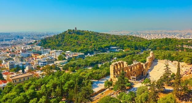 Vista panorâmica de atenas com o teatro de dioniso e a colina das musas, grécia