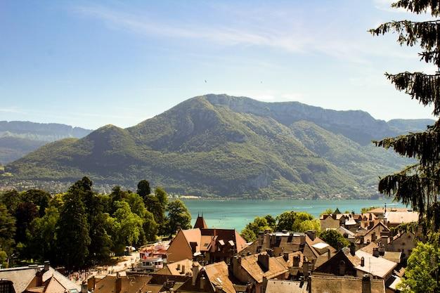 Vista panorâmica de cima para a cidade e o lago em um dia de sol.annecy.france.