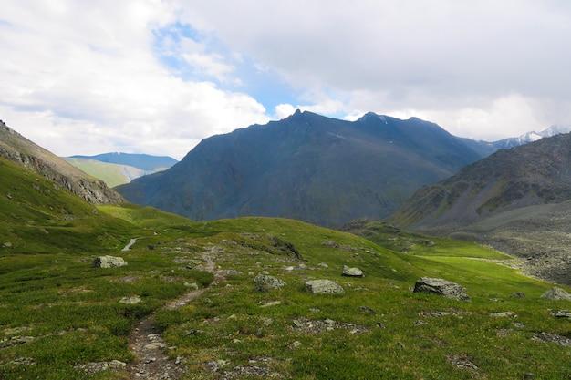 Vista panorâmica de cume de montanha. vale dos 7 lagos. montanhas altai, rússia