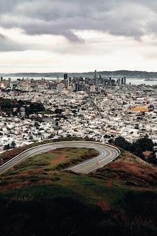 Vista panorâmica de edifícios da cidade e estrada pavimentada cinza