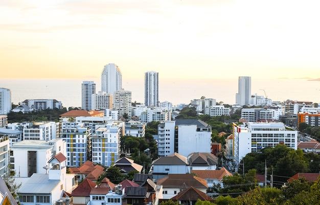 Vista panorâmica de edifícios e ruas ao pôr do sol em pattaya, tailândia