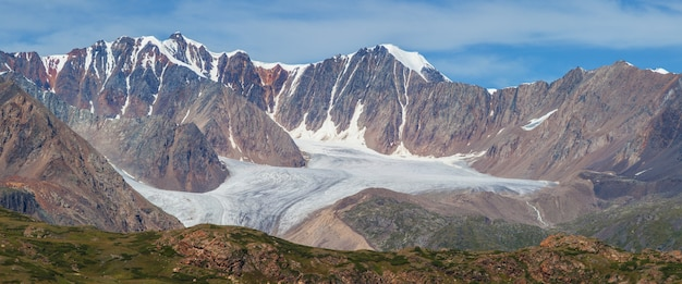 Vista panorâmica de geleiras de montanha e picos rochosos