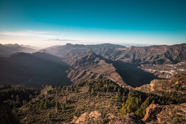 Vista panorâmica de gran canaria, na espanha, sobre a montanha roque nublo