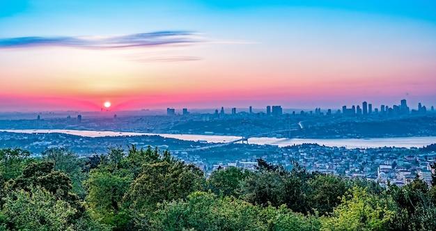 Vista panorâmica de istambul ao pôr do sol com a ponte do bósforo entre a ásia e a europa, turquia