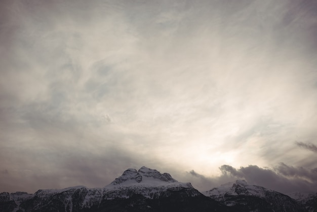 Vista panorâmica de montanhas cobertas de neve