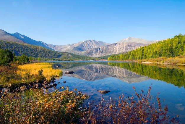Vista panorâmica de montanhas e lago