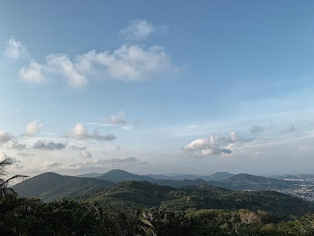 Vista panorâmica de montanhas verdes contra o céu azul