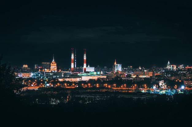 Vista panorâmica de moscou nas luzes da noite. o distrito central da cidade em luzes noturnas multicoloridas.