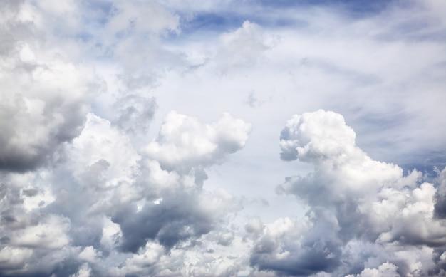 Vista panorâmica de nuvens épicas, pode ser usada como plano de fundo