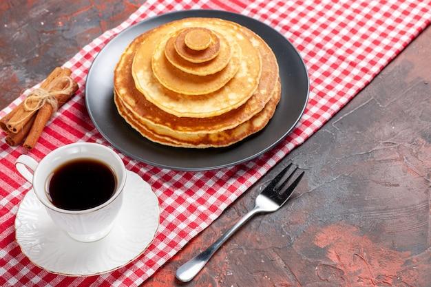 Vista panorâmica de panquecas fáceis de fazer, uma xícara de chá, canela e limão