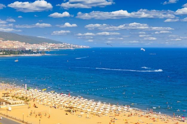 Vista panorâmica de praia ensolarada