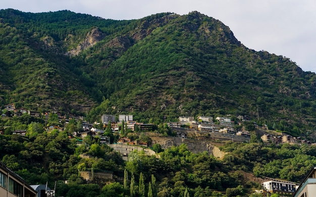 Vista panorâmica de prédios em uma montanha verde com céu escuro